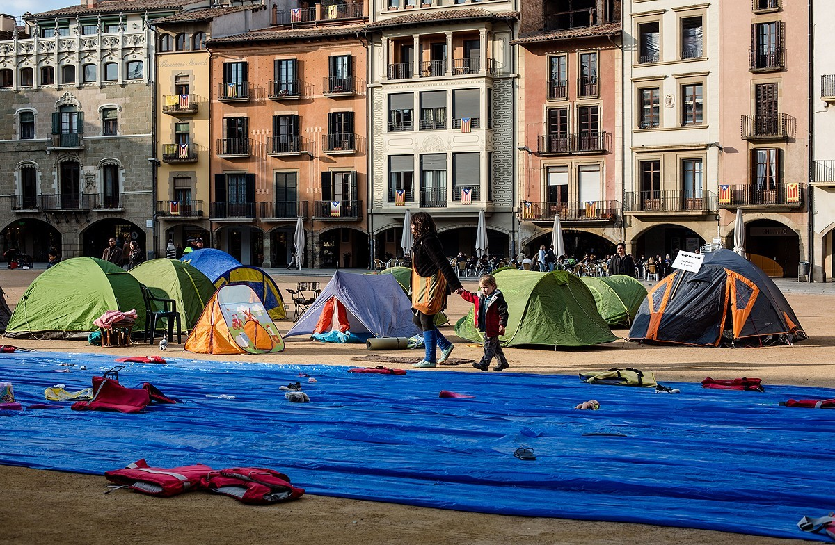 Acció per l'acollida de refugiats a la plaça Major de Vic