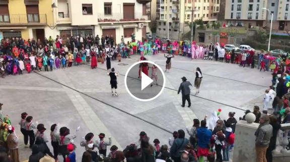 La Passa infantil omple la plaça Major de Sort