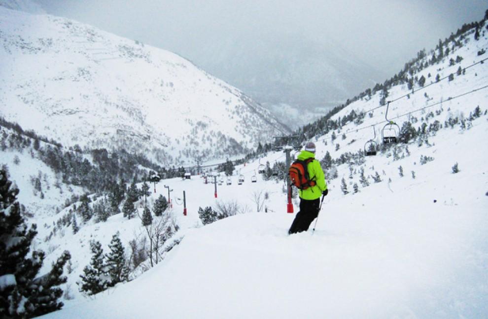 Un esquiador a l'estació de Tavascan