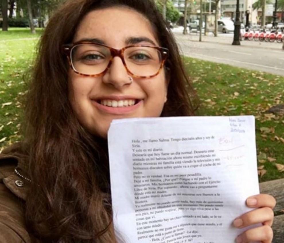Meera Zaror mostra, orgullosa, un examen que ha merescut un excel·lent