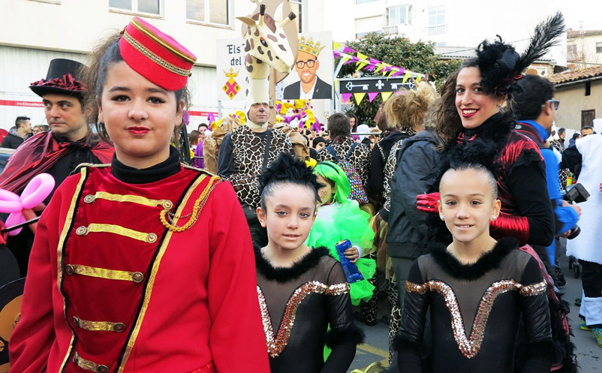 Diverses persones disfressades en el Carnestoltes de Gironella, amb una de les carrosses inspirades en l'alcalde, David Font