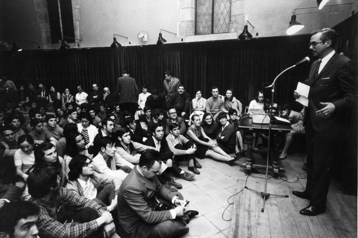 Josep Maria Espinàs a les 'Tardes Populars' de la cova del Drac l'any 1968