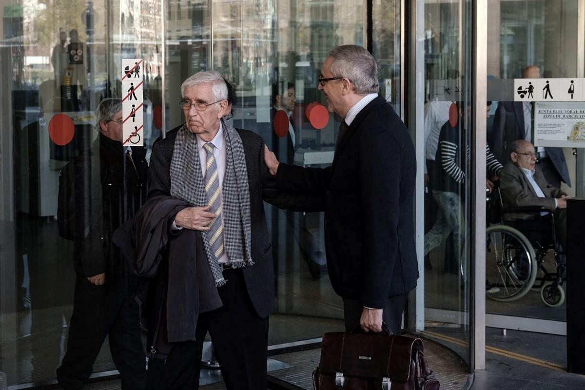 Daniel Osàcar sortint de la Ciutat de la Justícia amb Fèlix Millet de fons