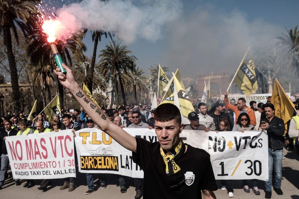 Manifestació de taxistes contra els «serveis pirates»