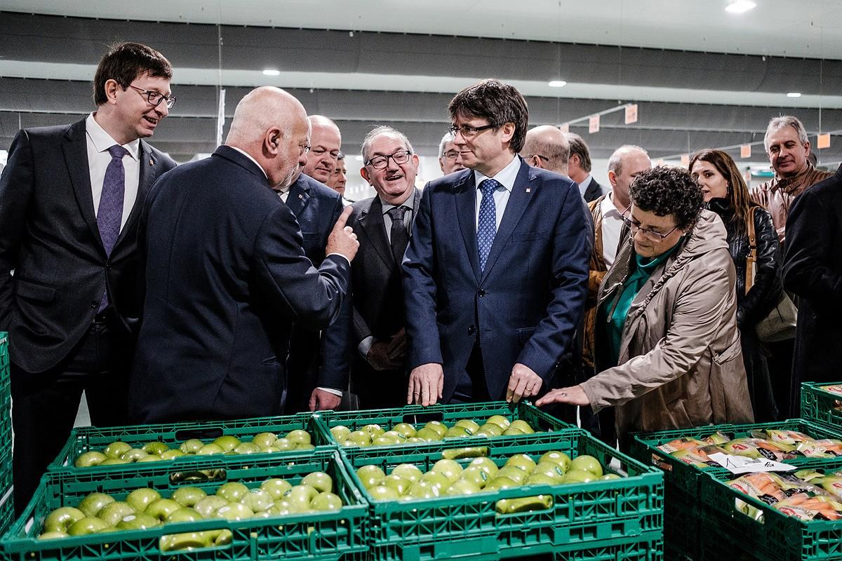Carles Puigdemont visitant la nova nau de Bon Preu de producte fresc amb el president del grup Joan Font i altres autoritats