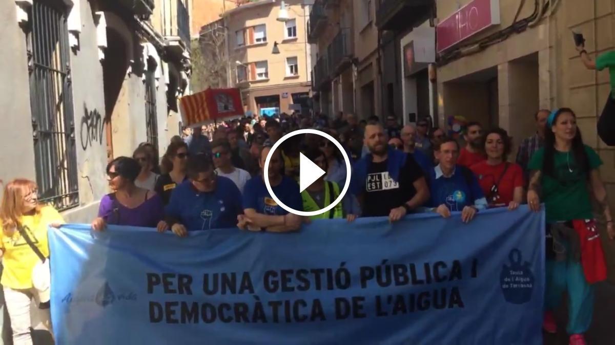 La manifestació per l'aigua pública a Terrassa, en vídeos.