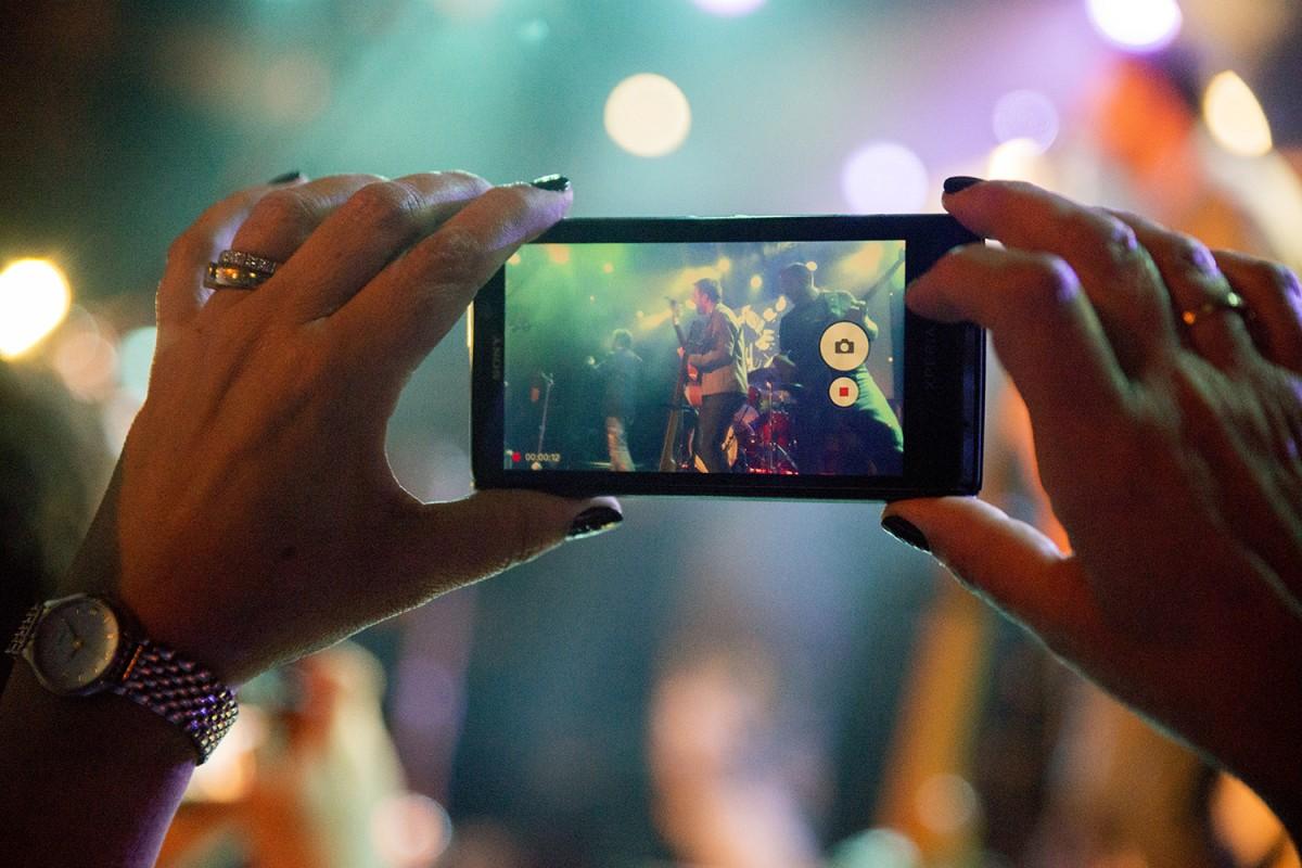 Telèfon mòbil enregistrant un concert