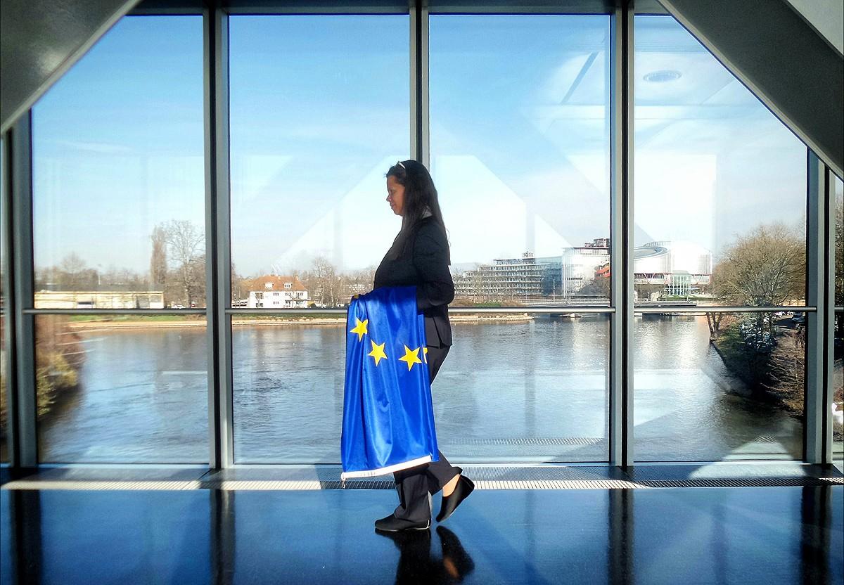 Una dona amb una bandera d'Europa al Parlament Europeu