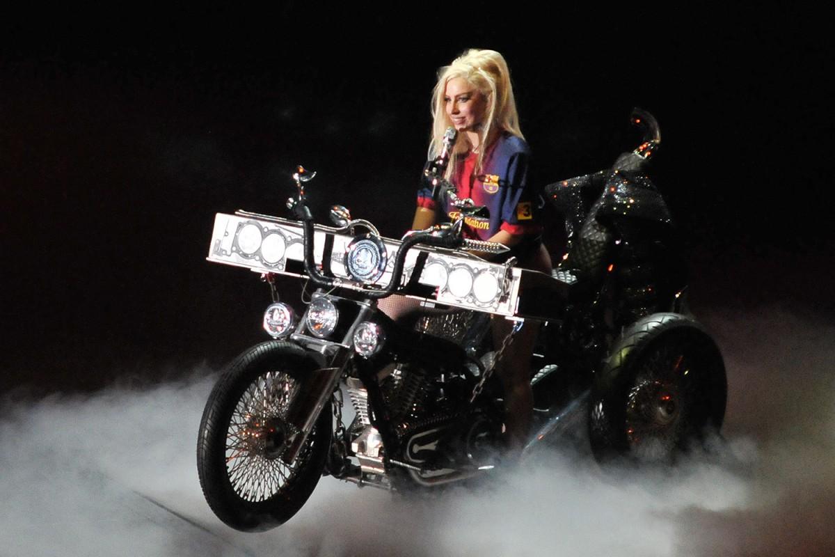 Lady Gaga sobre una moto al concert de Barcelona del desembre de 2012