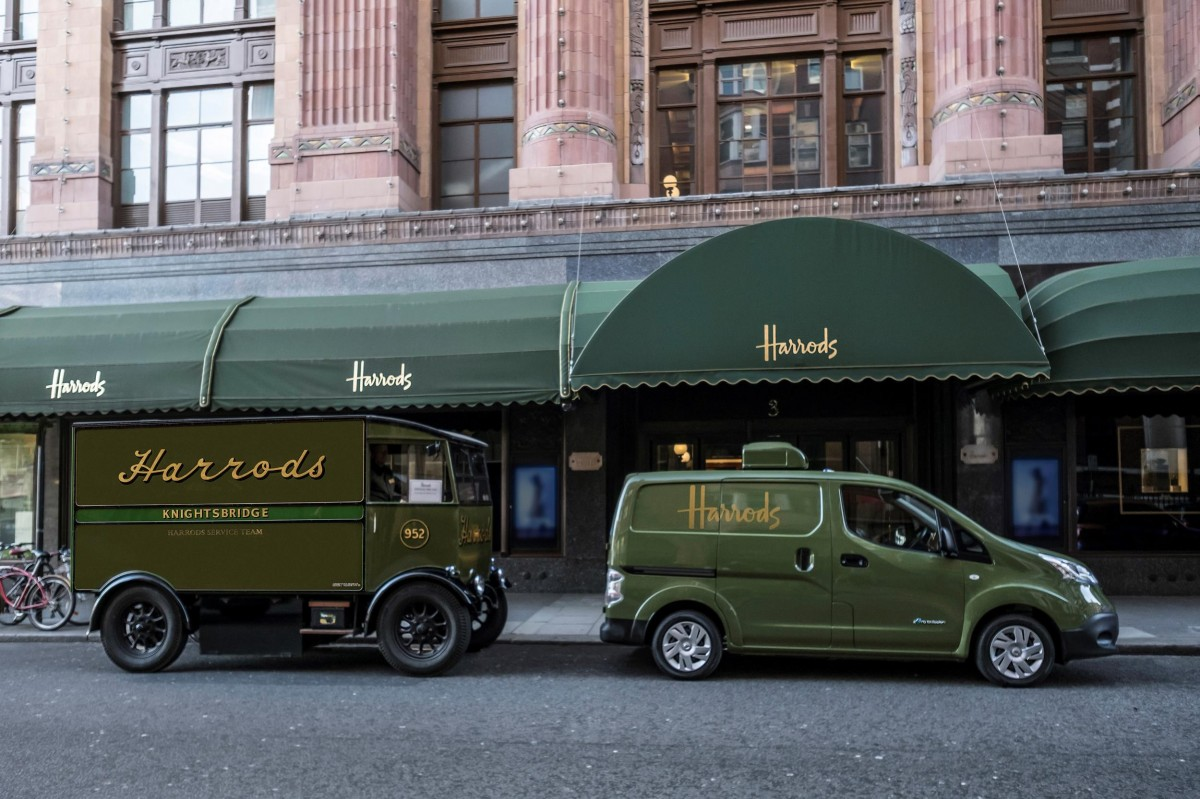 La furgoneta 100% elèctrica, decorada segons l'estil tradicional de Harrods, realitzarà lliuraments diaris als clients de la botiga