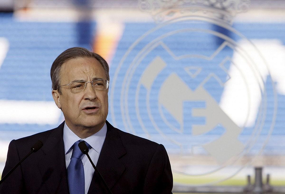 Florentino Pérez, amb les grades del Bernabéu al fons