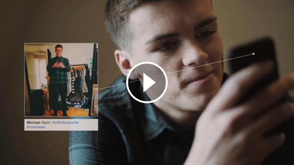 Un jove penja una foto que ha preparat durant molta estona.