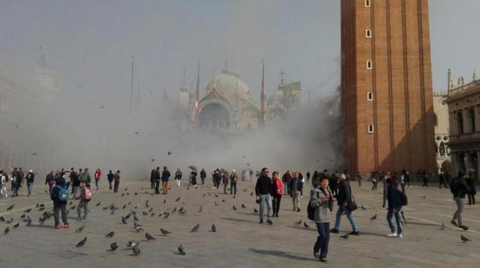 La plaça de Sant Marc de Venècia, plena de fum.