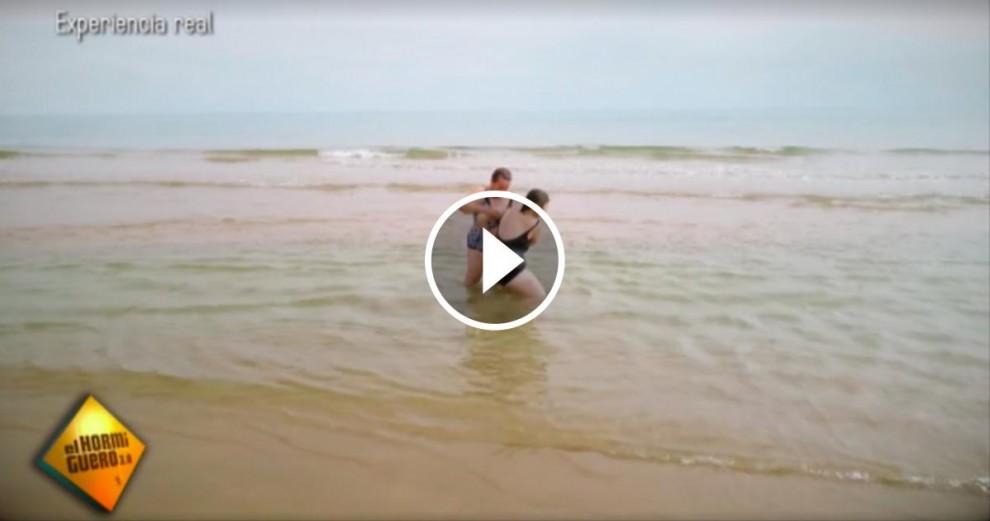 Les dues veïnes d'un poble de Toledo banyant-se al mar