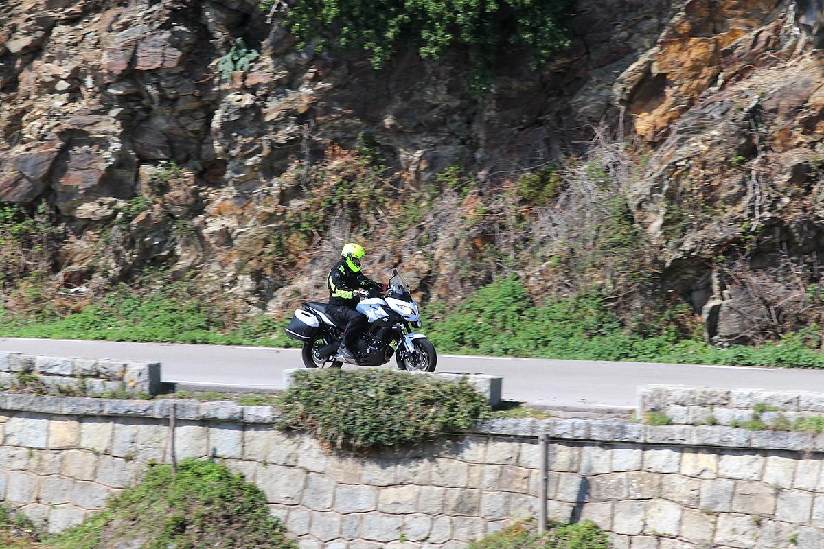 La Kawasaki Versys 650, en versió Tourer Plus, està preparada per a les aventures que li vulguis proposar