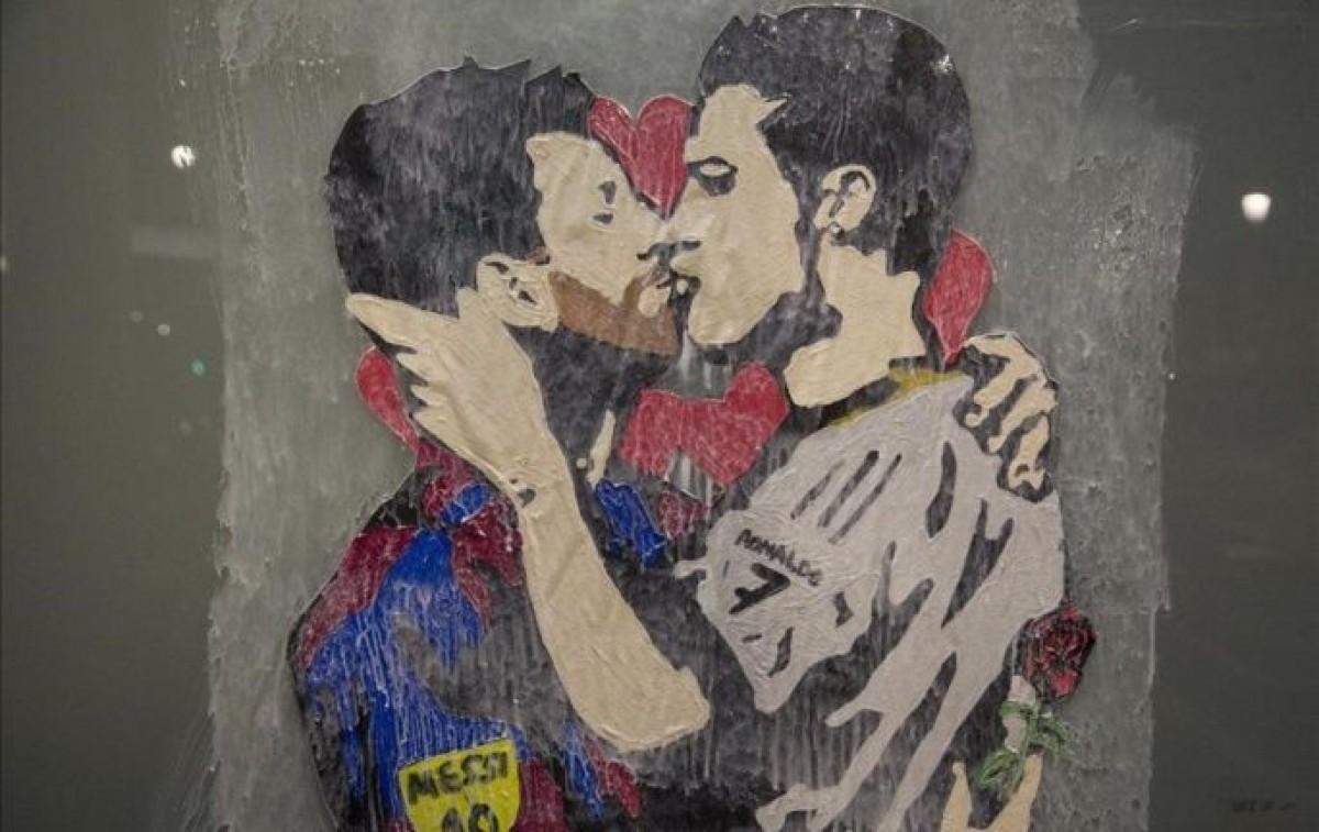 Mural de Messi i Cristiano fent-se un petó.