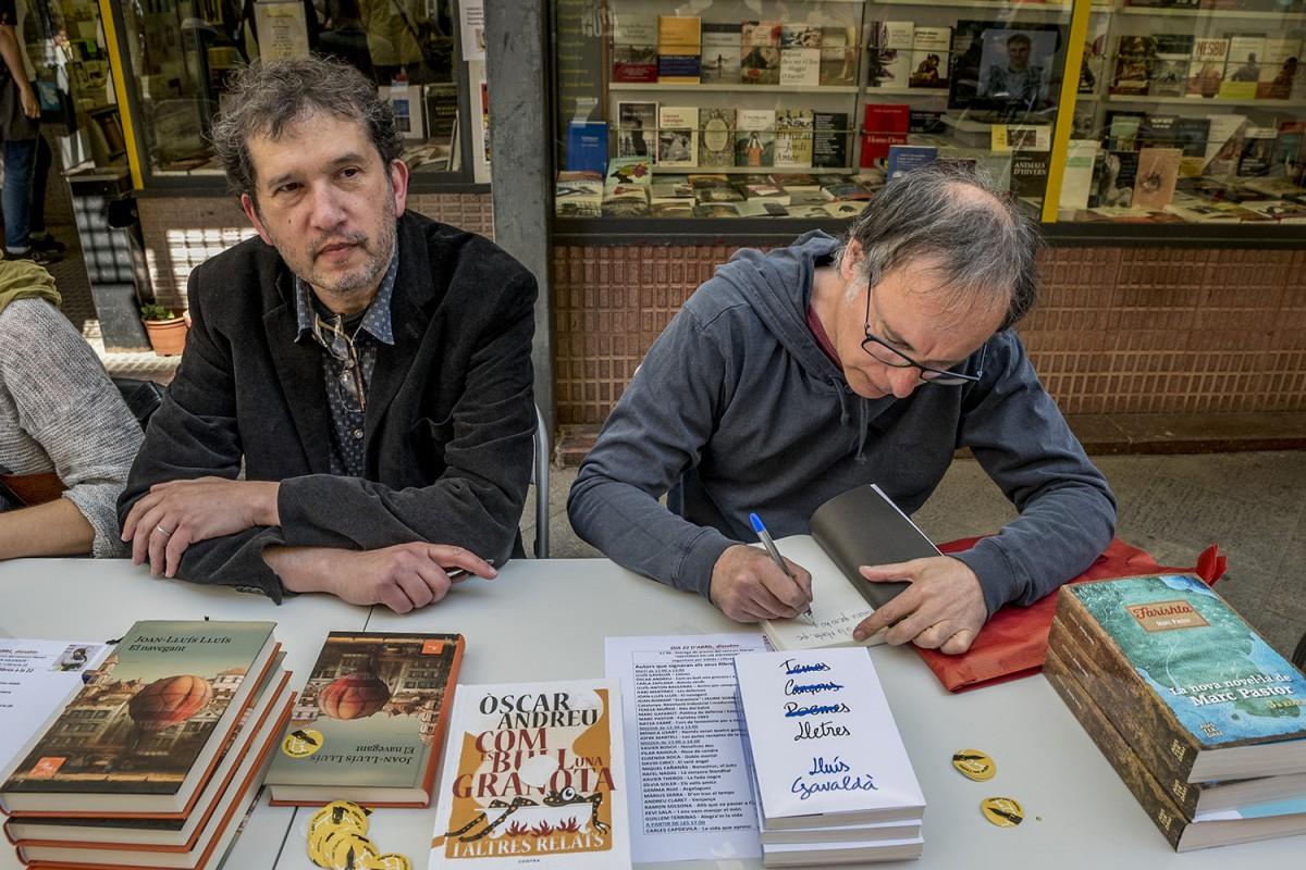 L'escriptor nordacatalà Joan Lluís Lluís i Luís Gavaldà d'Els Pets amb els seus llibres