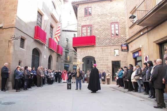 Carrers i places de Solsona reviuen la passió i mort de Crist amb un pietós Via Crucis