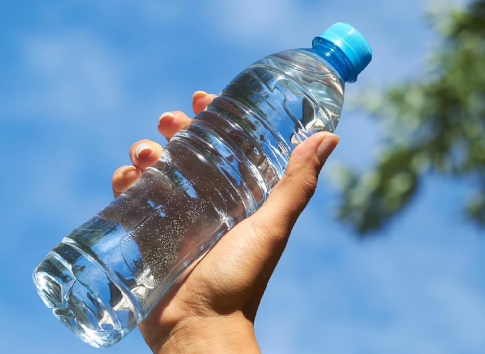 Una ampolla d'aigua, un objecte inofensiu