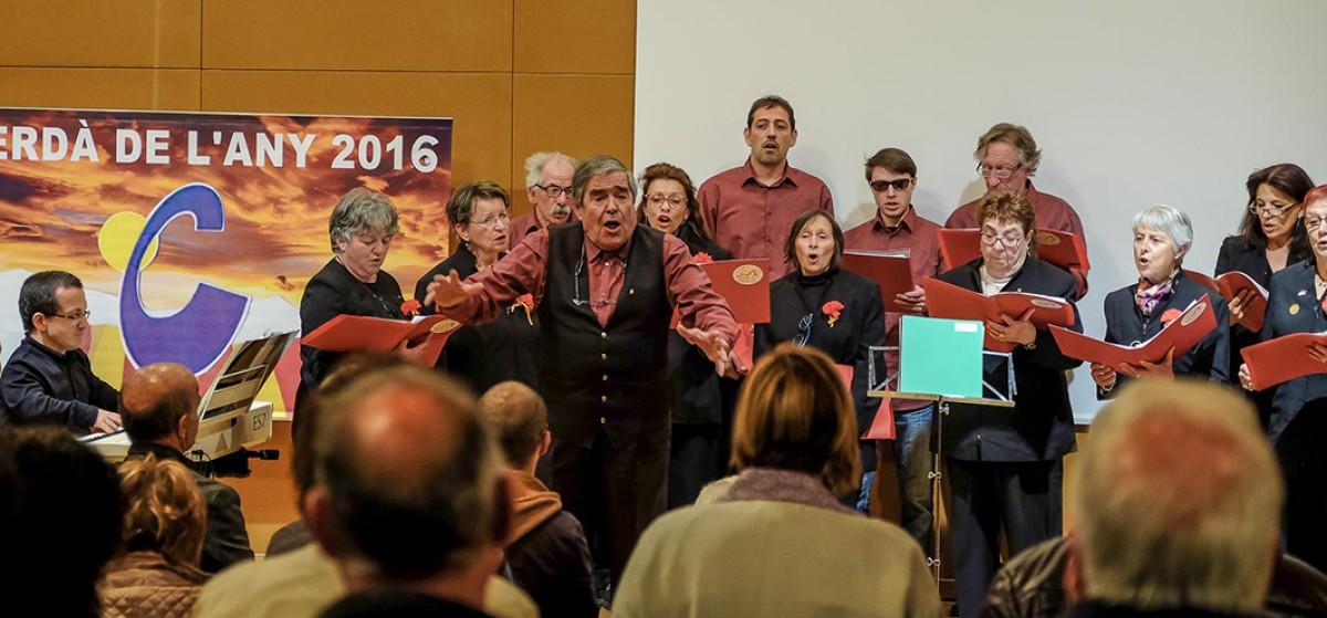 Germain Malé (centre), amb alguns dels membres de la  coral darrera, dirigint l'auditori en el moment que s'interpretava Els Segadors