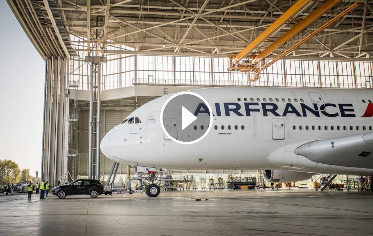 L'Airbus A380, arrossegat pel totterreny a l'aeroport Charles de Gaulle de París