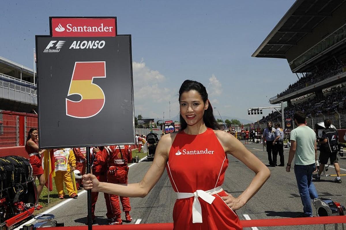 Una hostessa de l'equip de Fernando Alonso