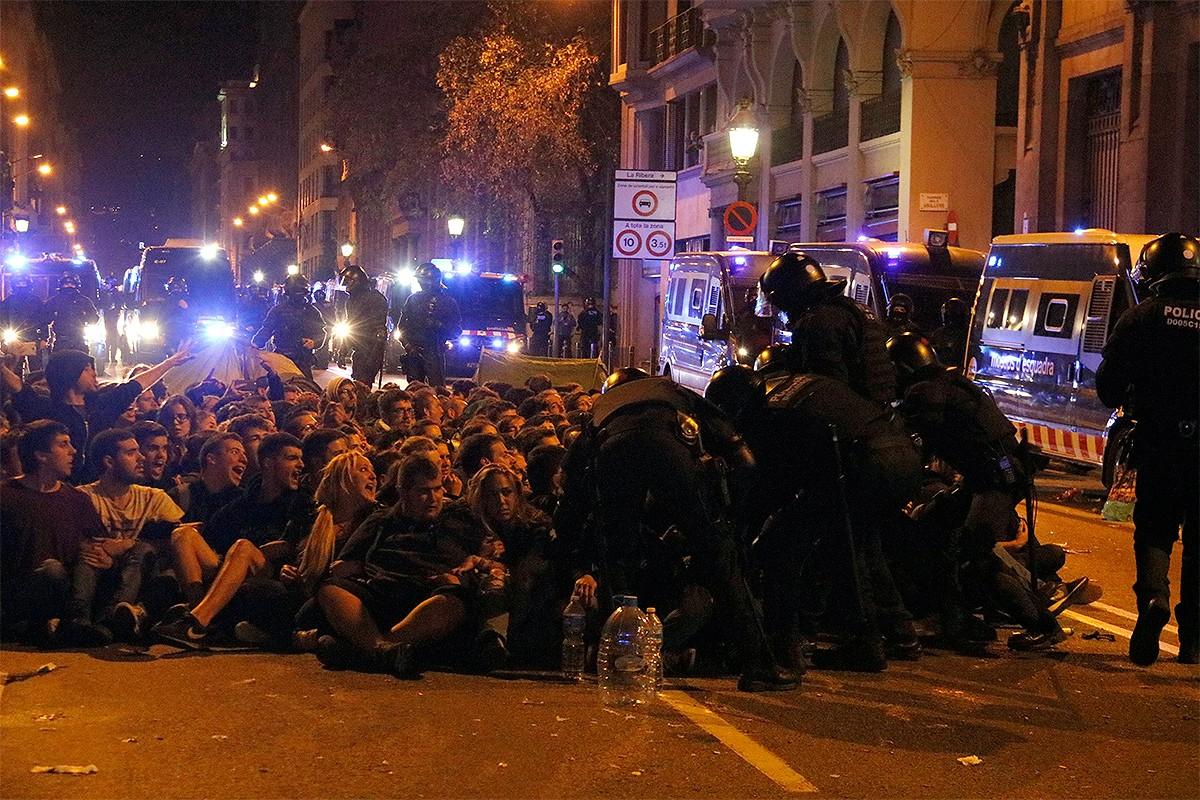 Els mossos desallotgen els manifestants a la Via Laietana, aquesta matinada