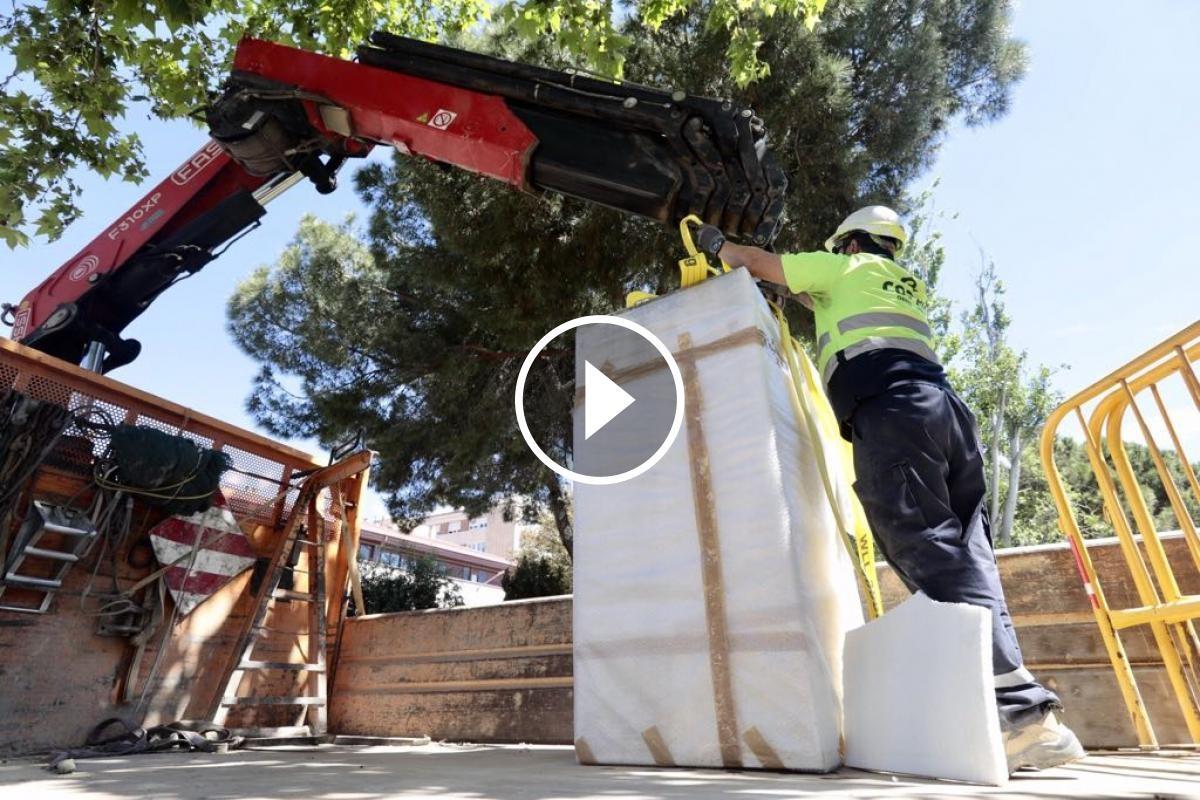 Un operari retira el monument a Josep Maria Marcet a Sabadell