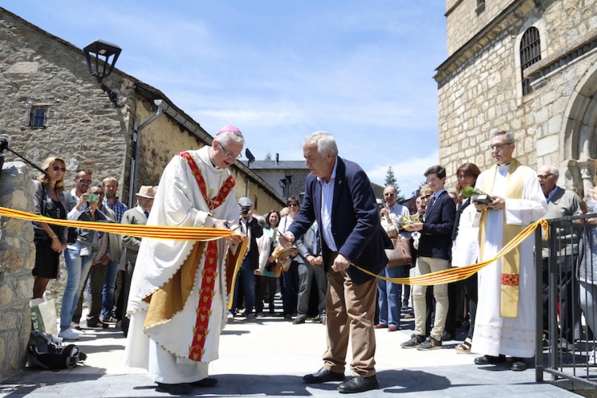 L'arquebisbe, Joan-Enric Vives, i l'alcalde, Bartomeu Baqué, tallen la cinta que inaugura la plaça.