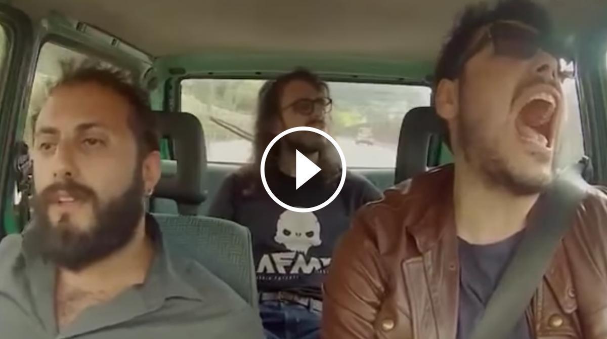 Els tres joves, donant-ho tot a dins del cotxe