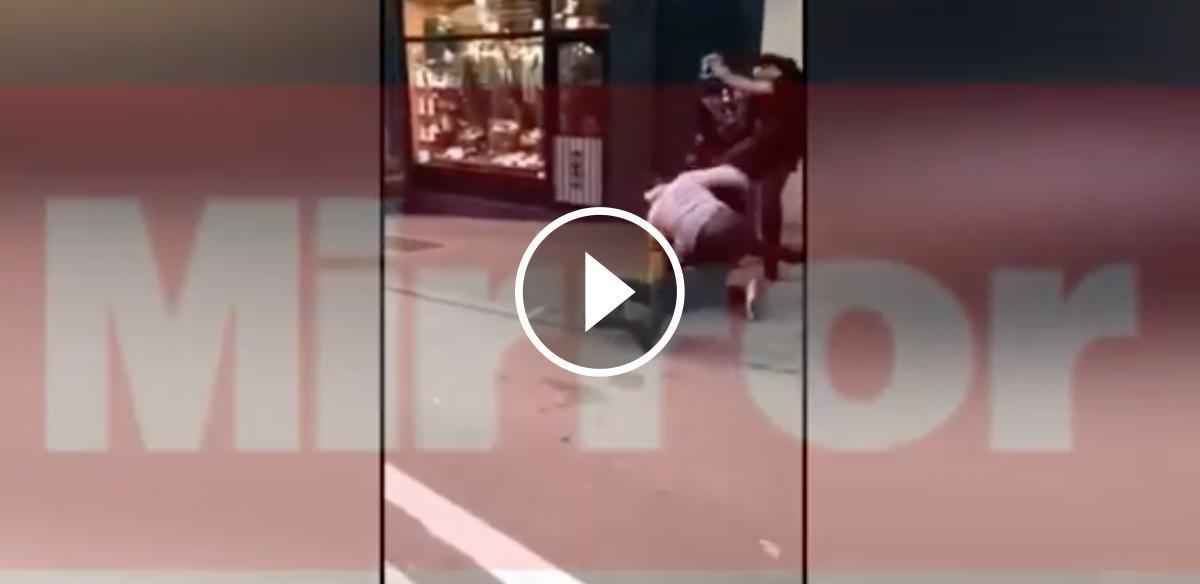 Jason Denayer clava una puntada de peu al jove mentre és al terra
