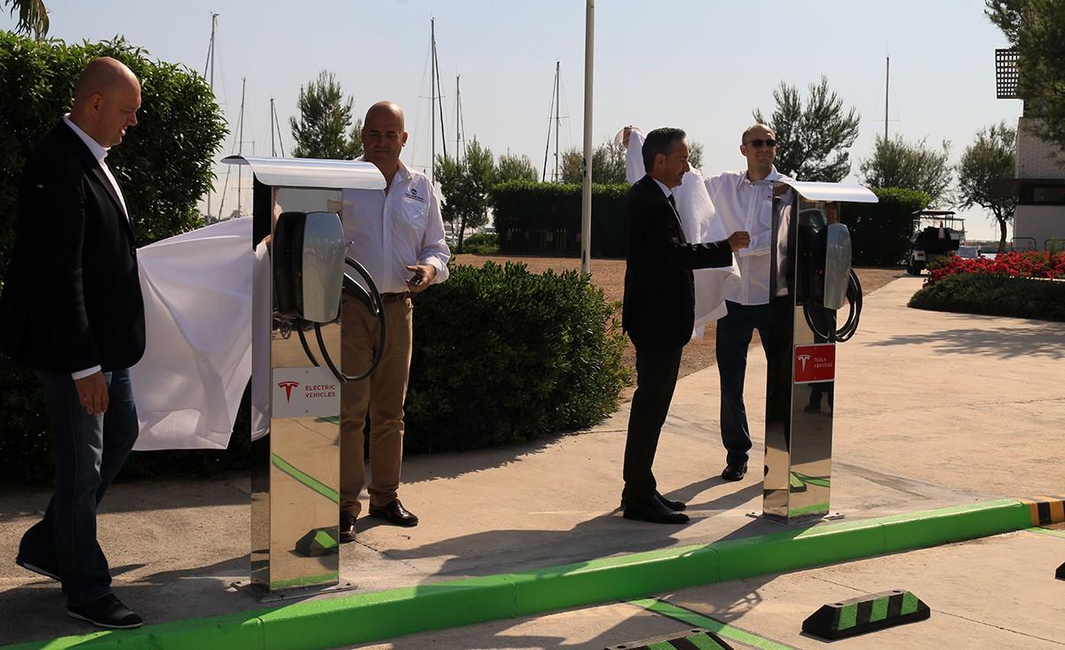 Inauguració dels nous punts de recàrrega amb l'alcalde de la Ràpita, Josep Caparrós, el generent de Sant Carles Marina, Nicolás González, el conseller de la Marina Àlex Balletbó i el gerent de Ports de la Generalitat, Joan Pere Gómez.