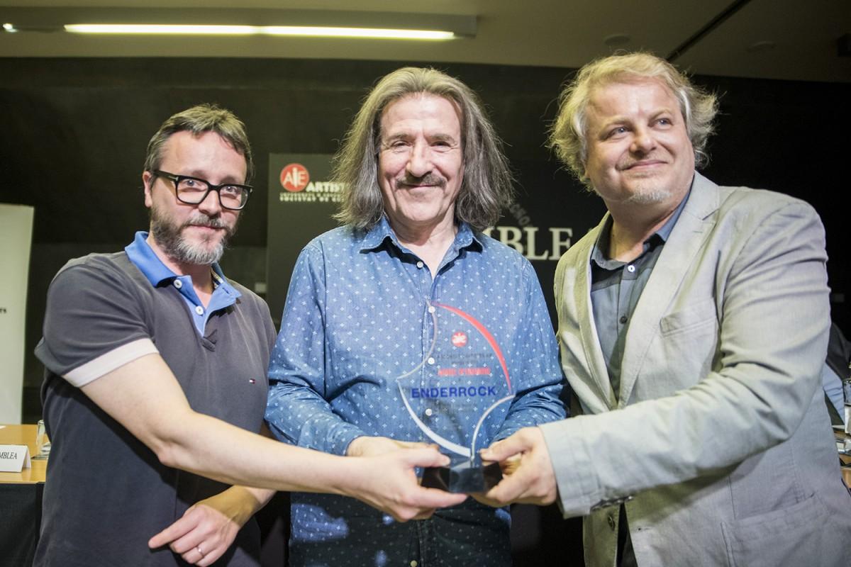 Luís Cobos lliura el premi IAE a Enderrock
