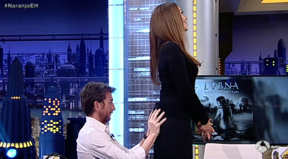 Pablo Motos grapejant el cul de Mónica Naranjo durant una entrevista