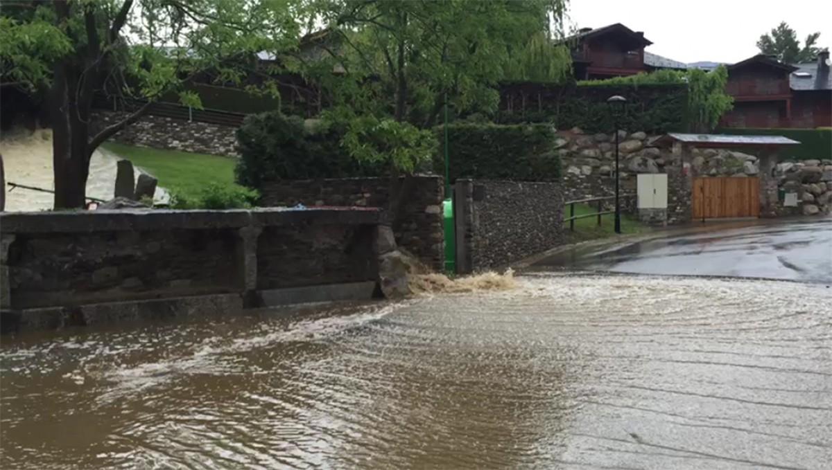 Estat en què va quedar la plaça després de les pluges de divendres passat.