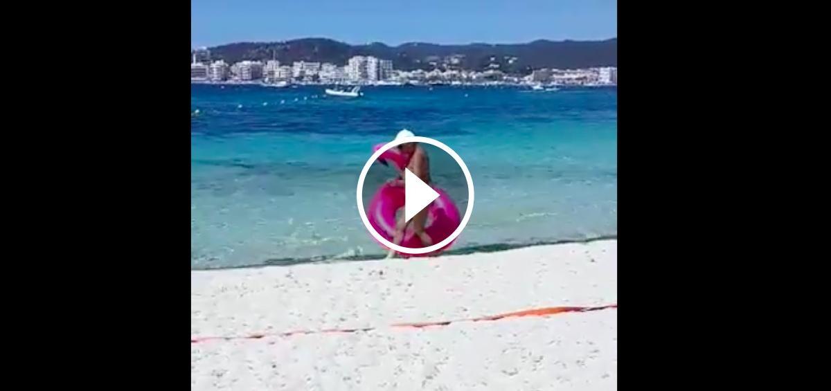 La turista i el seu flotador rosa en forma de famenc