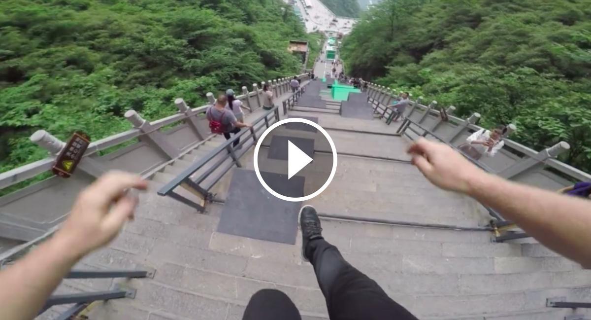 Un jove grava la cursa de parkour a la Xina