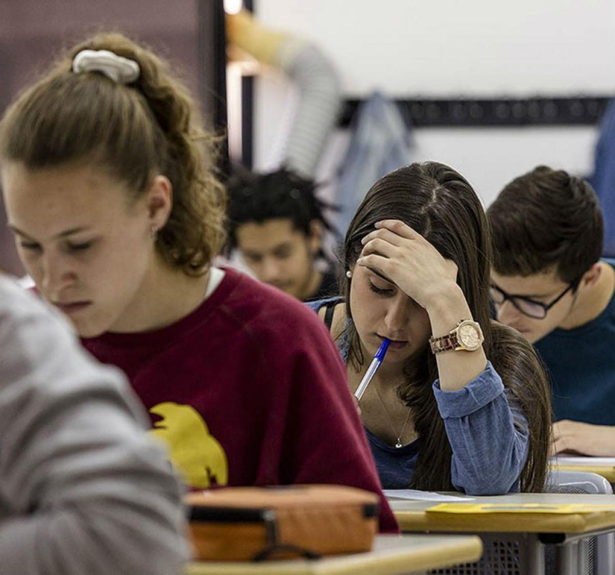 Imatge d'arxiu d'estudiants fent els examens de selectivitat a la UVic