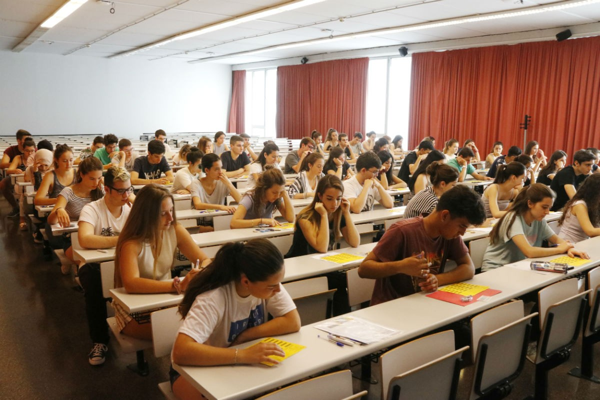 Un grup d'alumnes durant les PAU en una aula del Campus Catalunya a Tarragona