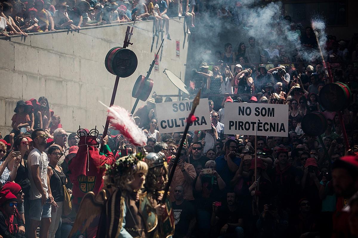 La Patum Infantil critica la normativa del foc durant la Patum de Lluïment.