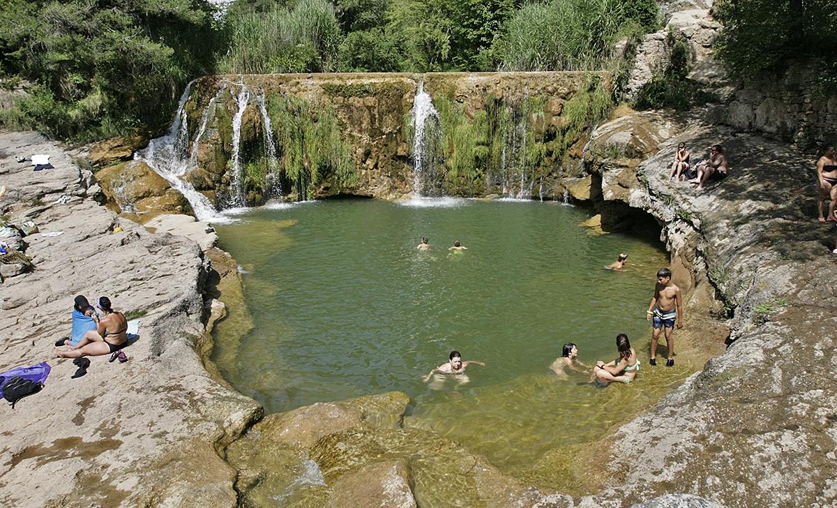 Un grup de persones, banyant-se en un gorg de la riera de Merlès
