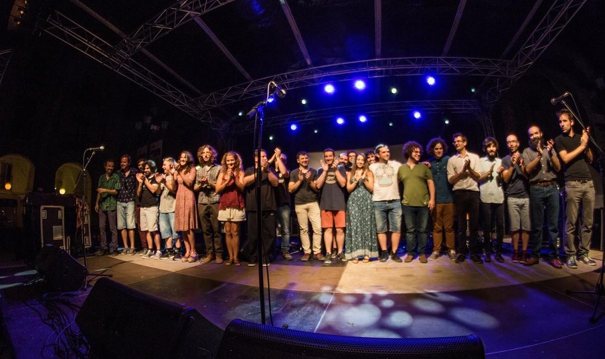 Foto de família amb tots els artistes que van participar en el tribut