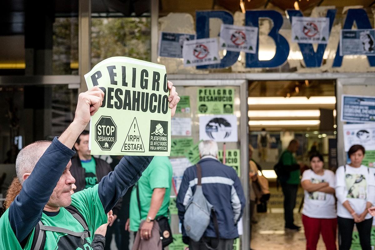 Protesta de la PAH en una entitat bancària del passeig de Gràcia de Barcelona