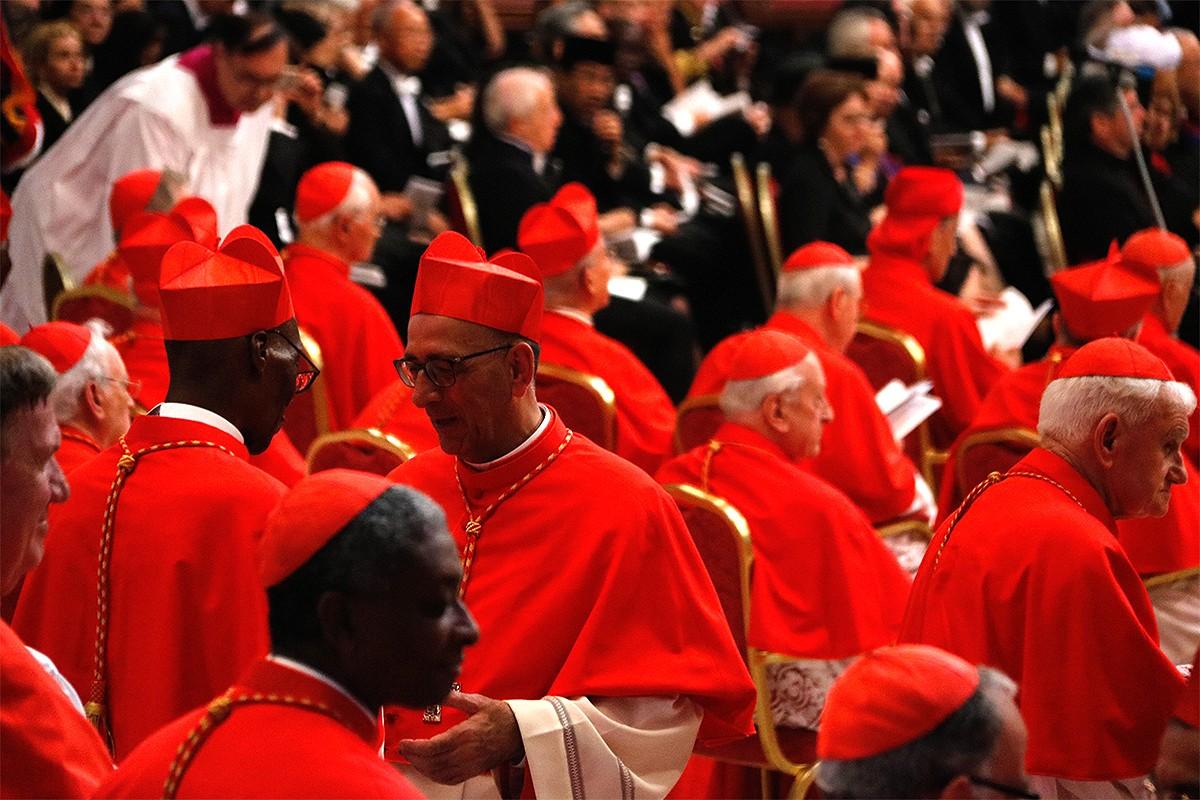 Juan José Omella envoltat d'altres cardenals a Roma.