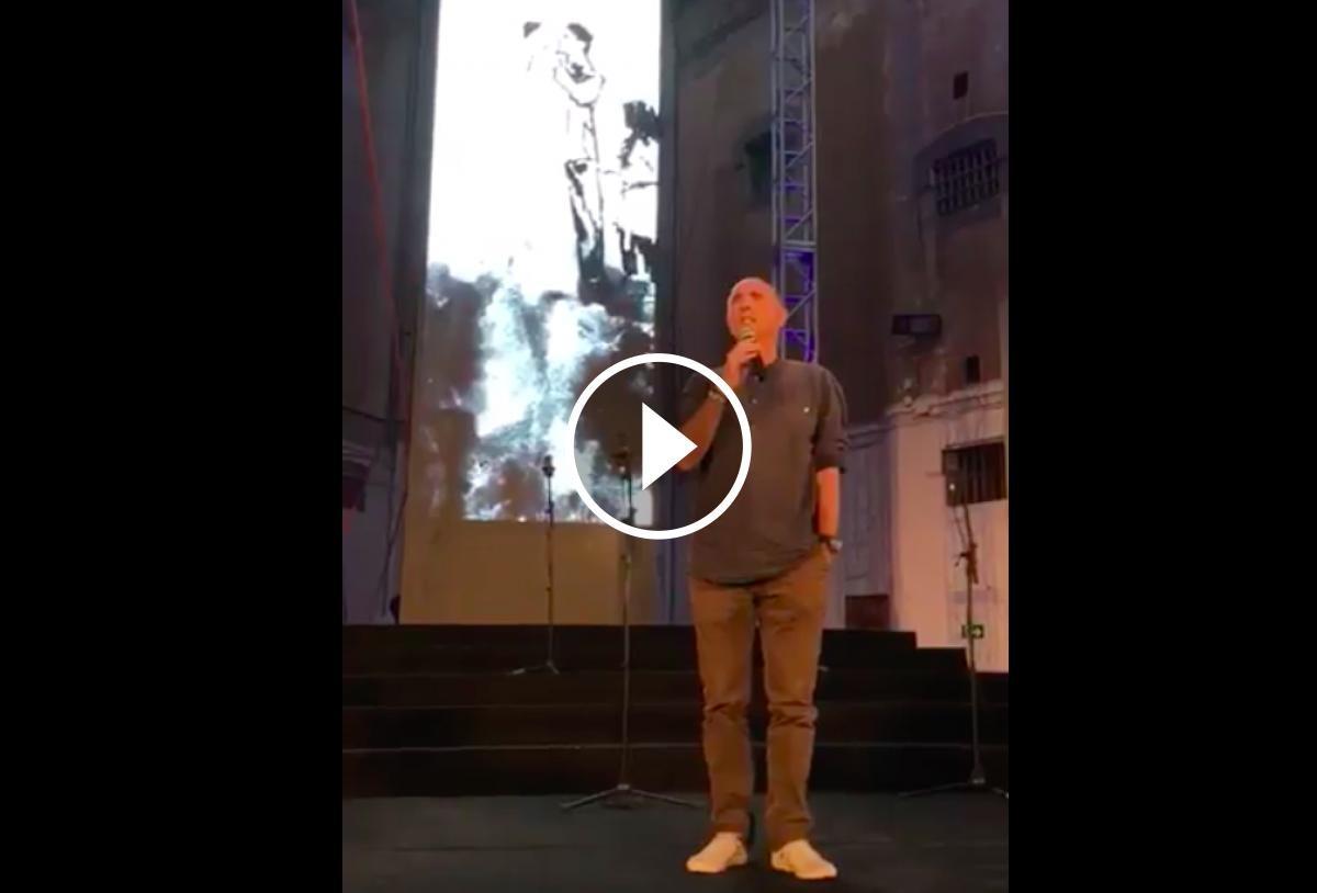 Lluís Llach cantant l'Estaca a la presó la Model de Barcelona