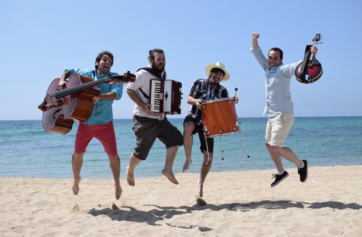 Pele Macleod i la seva banda a la platja de Vilassar de Mar