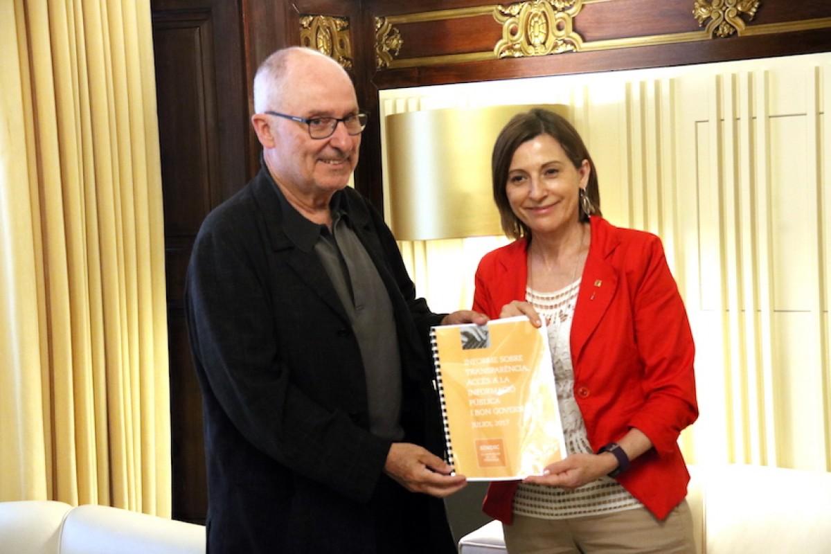 El Síndic de Greuges de Catalunya, Rafael Ribó, lliura a la presidenta del Parlament, Carme Forcadell, l'informe anual.