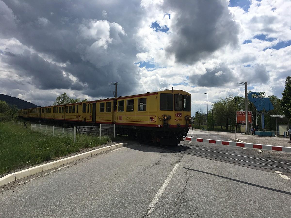 El tren groc al seu pas per Sallagosa
