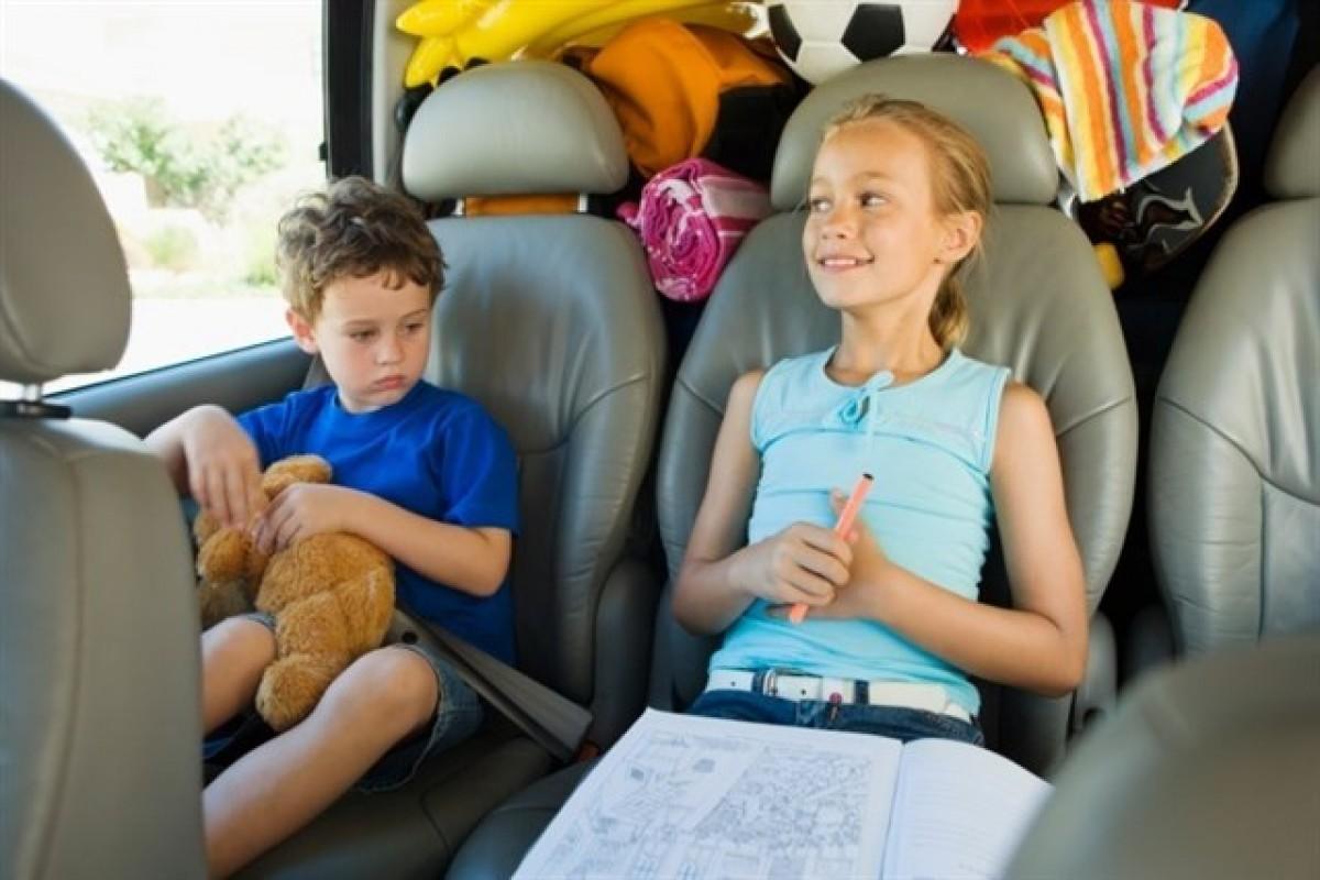 Els nens i nenes s'entretenen amb la tecnologia als viatges en cotxe