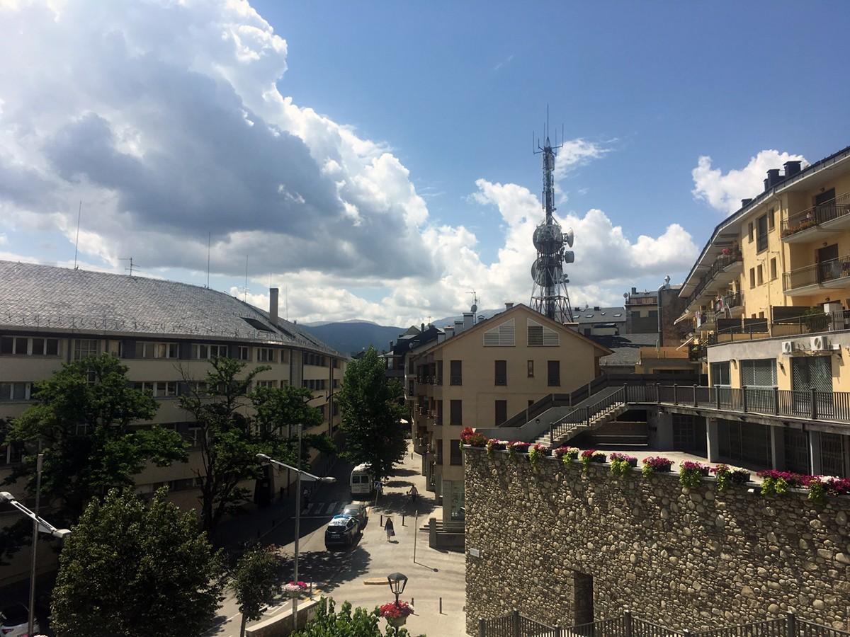El cel de la Cerdanya des de la plaça de l'Alguer avui dijous a les 12.40